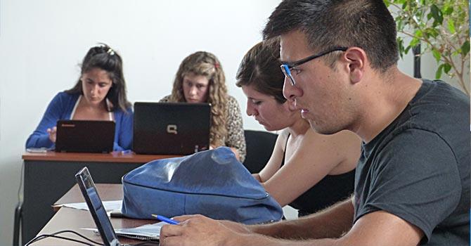 Alumnos usando FarmaSur